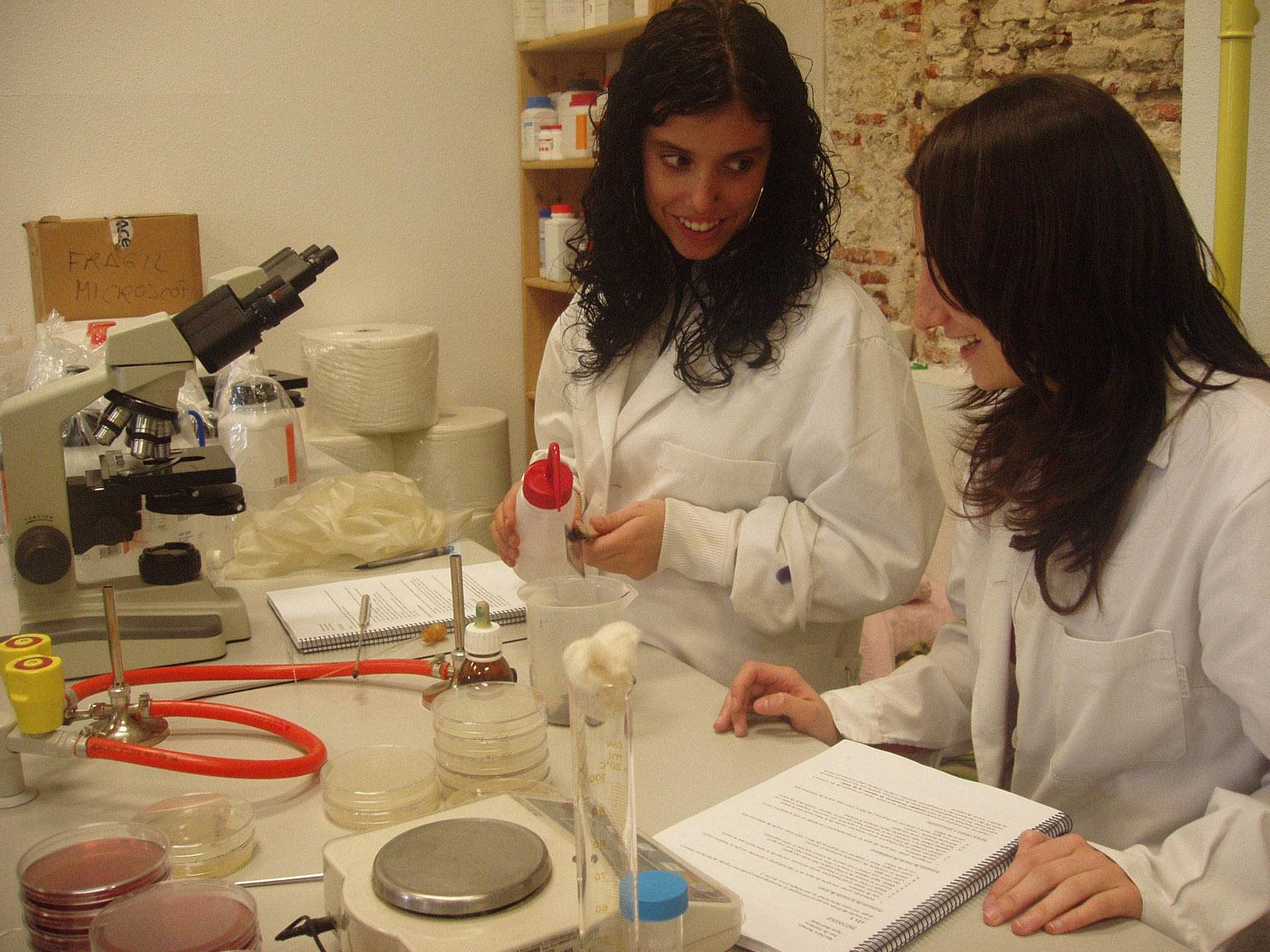 Dos estudiantes trabajando en el laboratorio