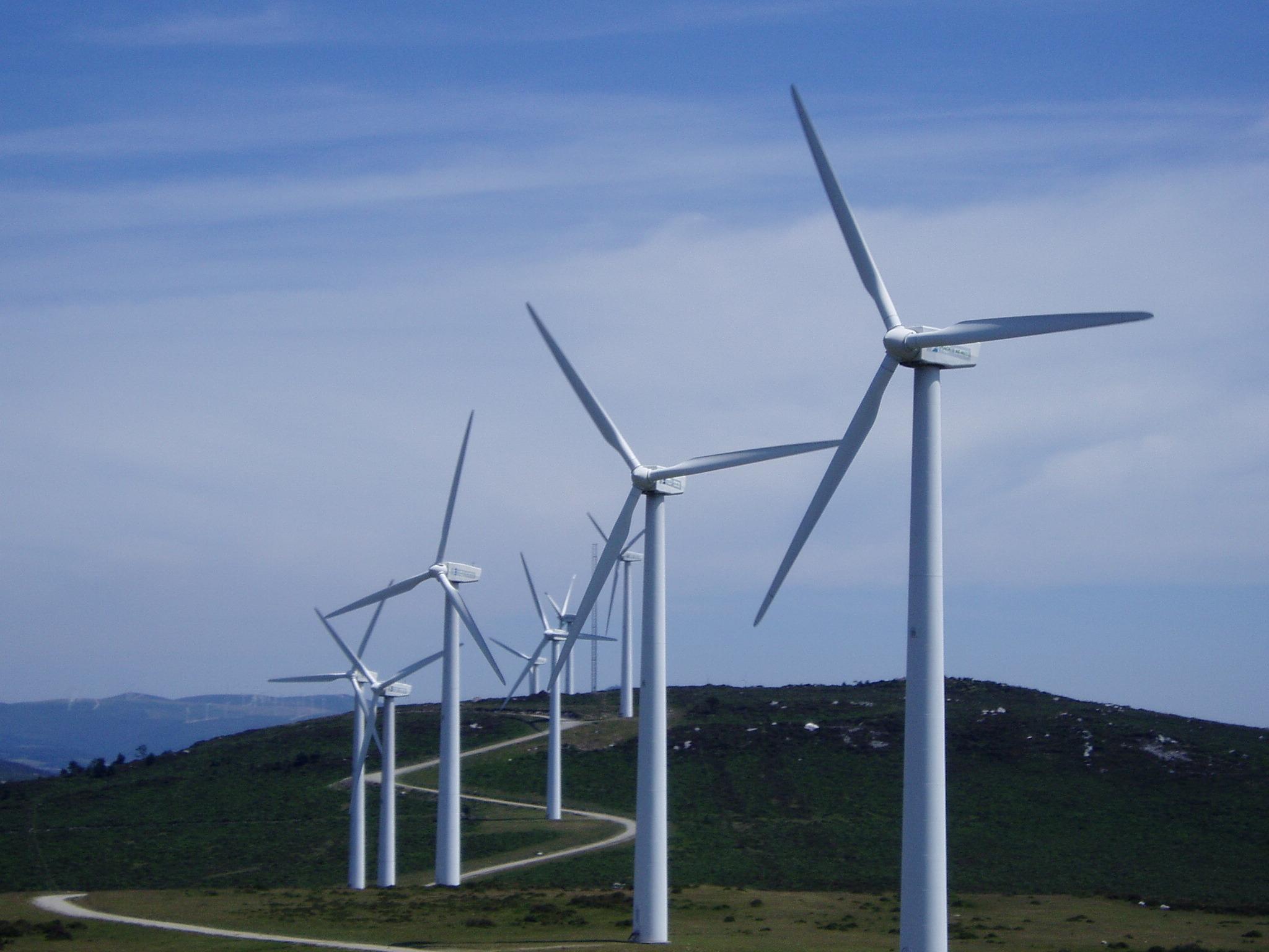Varios aerogeneradores de energía eólica.