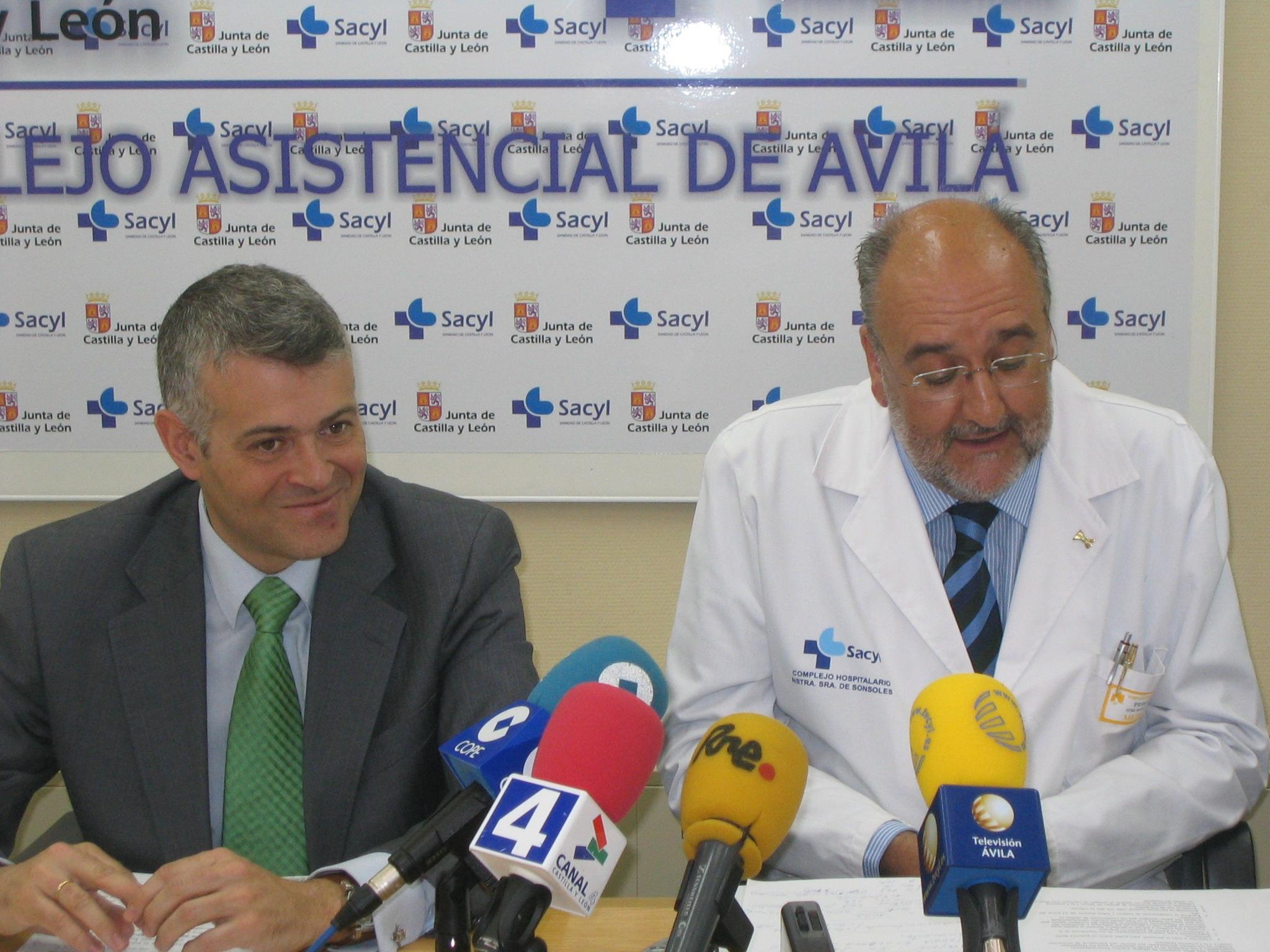 El delegado de la Junta en Ávila, Francisco José Sánchez, acompañado por el jefe de Pediatría, el doctor José María Maíllo.
