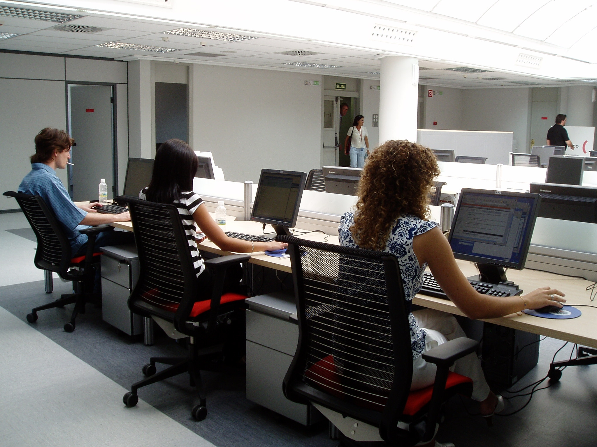 Los primeros empleados trabajando en la sede provisional for Internet para oficinas