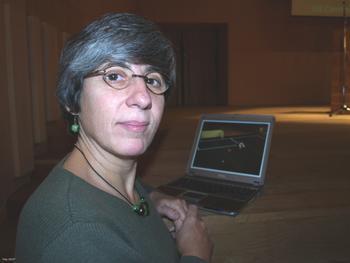 <b>Manuela Veloso</b> muestra en su ordenador un vídeo de los robots jugando al <b>...</b> - 9588_med